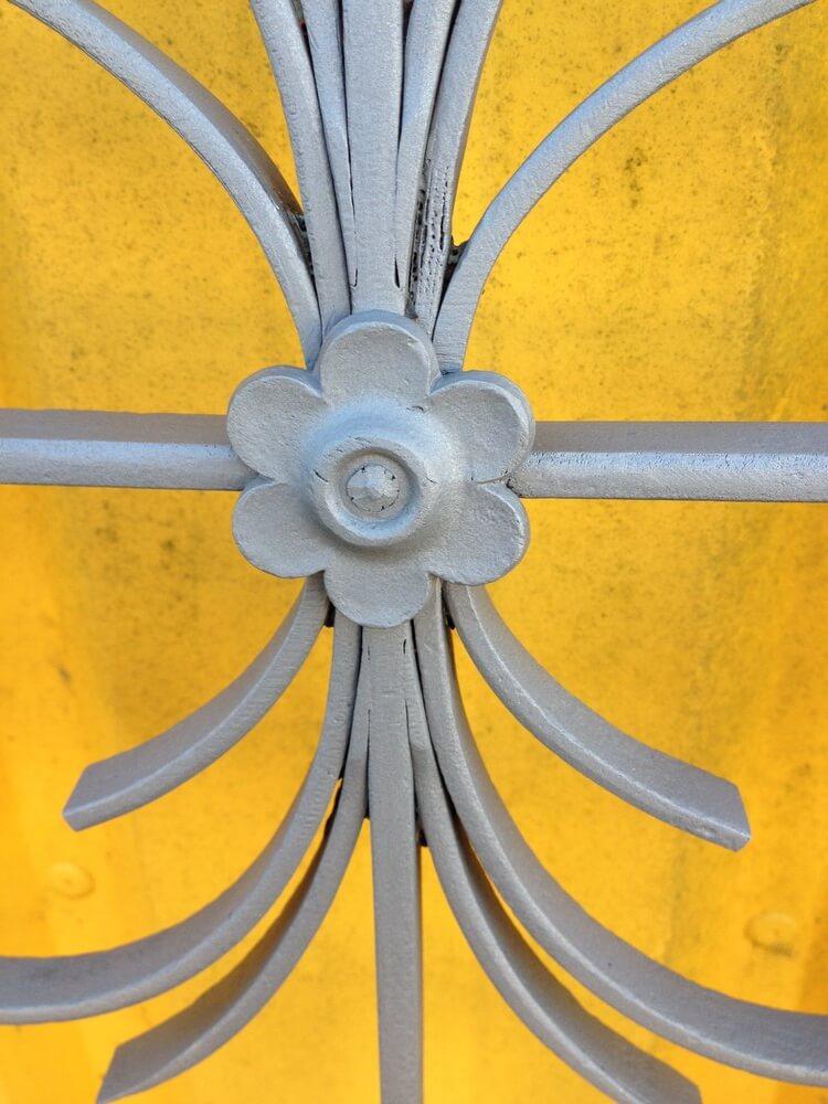Grille métallique porte d'entrée décapée à La Roche Sur Yon